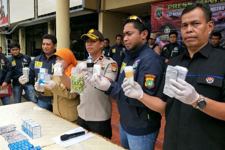 Polsek Kembangan mengungkap kasus peredaran narkona di wilayah salah satu sekolah Jakarta Barat pada Selasa (15/1/2019) di Mapolres Metro Jakarta Barat.