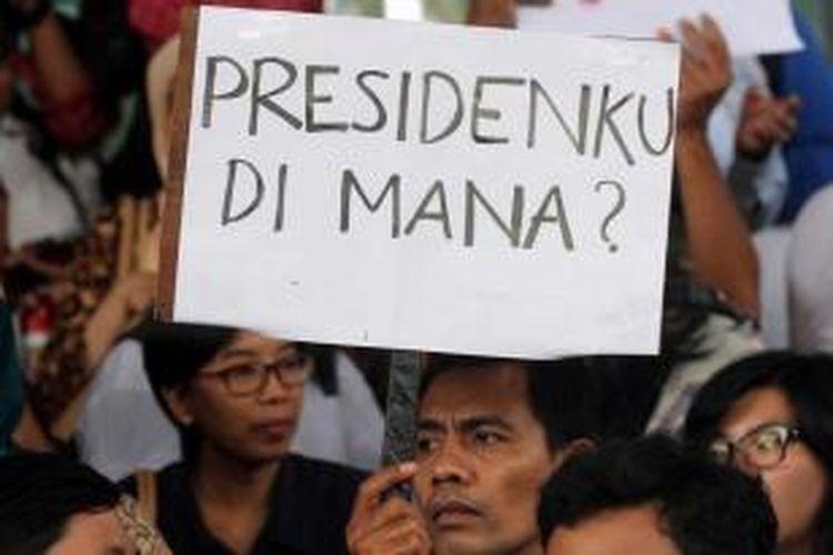 Massa yang tergabung dalam Koalisi Masyarakat Sipil Anti Korupsi, membawa poster dalam aksi di depan gedung Komisi Pemberantasan Korupsi, Jakarta, Jumat (23/1/2015). Aksi ini merupakan respons atas penangkapan Wakil Ketua KPK Bambang Widjojanto, oleh Bareskrim Mabes Polri.