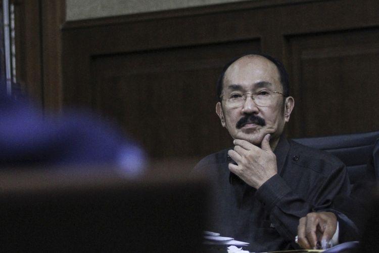 Terdakwa kasus merintangi penyidikan kasus korupsi KTP elektronik Fredrich Yunadi menyimak keterangan saksi pada sidang lanjutan di Pengadilan Tipikor, Jakarta, Kamis (5/4). Sidang tersebut beragendakan mendengarkan keterangan saksi yang dihadirkan Jaksa Penuntut Umum (JPU) KPK. ANTARA FOTO/Dhemas Reviyanto/ama/18