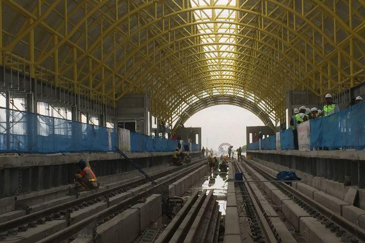 Sejumlah pekerja tengah mengerjakan proyek Stasiun Jakabaring, Kamis (26/10/2017). Stasiun ini menjadi satu dari 13 stasiun yang dibangun di atas jalur Light Rail Transit (LRT) Palembang.