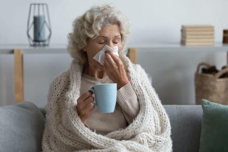 Ilustrasi lanjut usia (lansia) yang mengalami flu.