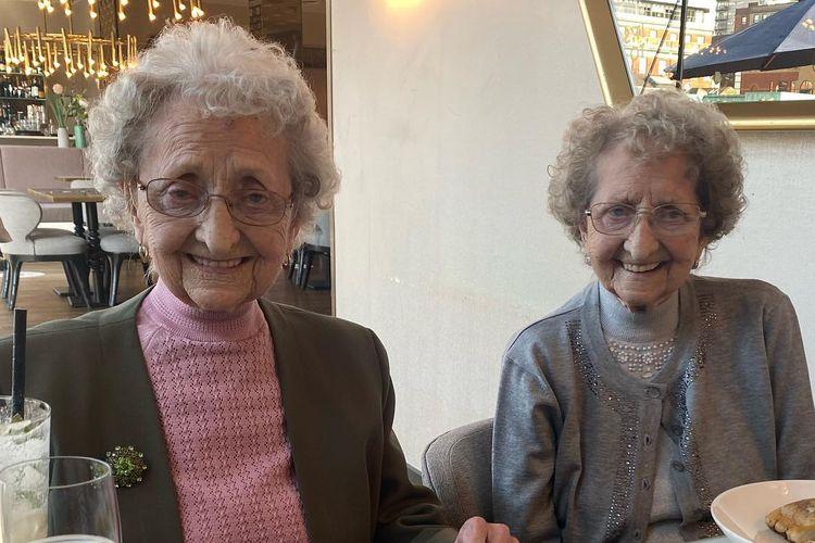 Doris Hobday dan kembarannya Lil Cox menjadi semakin dikenal setelah membeberkan rahasia usia tua mereka di acara televisi Inggris Good Morning Britain.