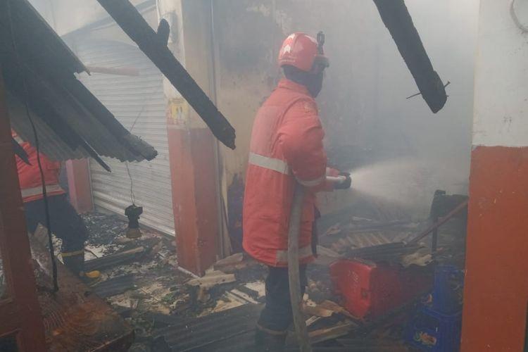 Petugas pemadam kebakaran memadamkan api di salah satu kios yang terbakar di Jalan Bintara Raya, Pondok Cipta, Bintara, Kota Bekasi, pada Sabtu (5/6/2021) siang.