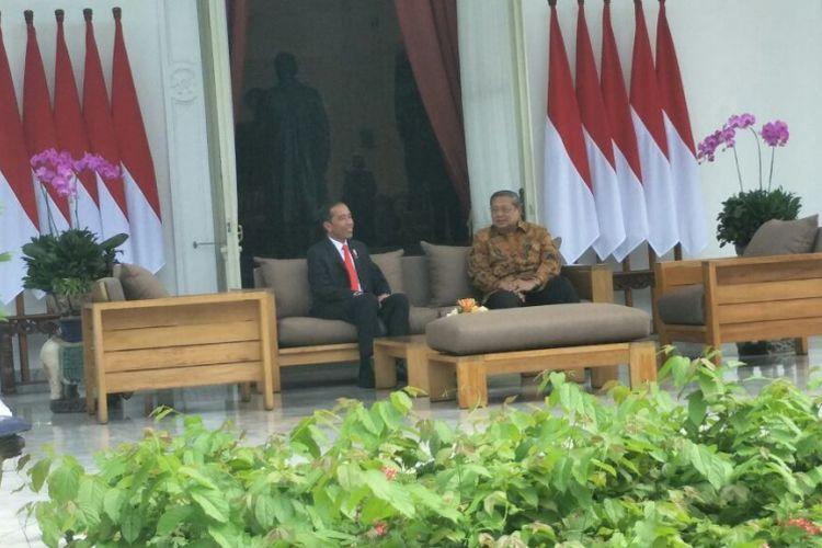 Presiden keenam RI Susilo Bambang Yudhoyono mendadak menemui Presiden Joko Widodo di Istana Merdeka, Jakarta, Jumat (27/10/2017).