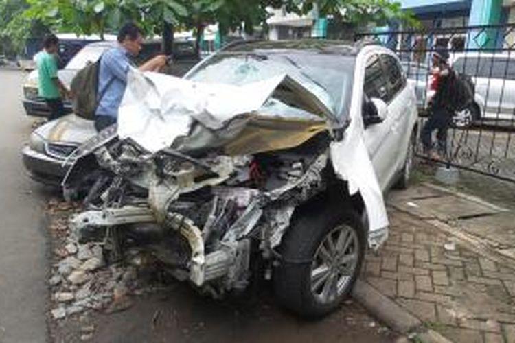 Kondisi terkini Mitsubishi Outlander B 1658 PJE di Mapolres Metro Jakarta Selatan, Rabu (21/1/2015). Mobil ini adalah mobil yang dikemudikan oleh Christopher (23), pelaku utama kecelakaan maut di Jalan Arteri Pondok Indah, Selasa (20/1/2015) malam.