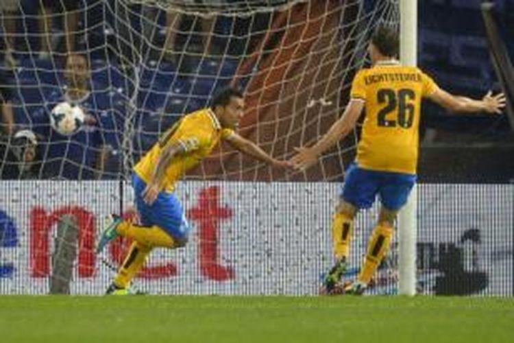 Striker Juventus, Carlos Tevez (kiri), merayakan gol ke gawang Sampdoria pada laga di Stadion Luigi Ferraris, Sabtu atau Minggu (25/8/2013) dini hari WIB.