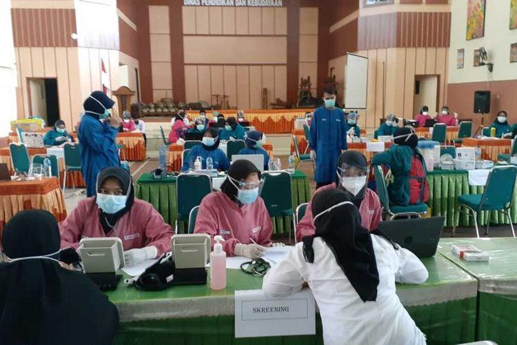 DIVAKSIN--Seluruh guru di Kabupaten Madiun menjalani vaksinasi covid-19 secara bertahap menjelang pembelajaran tatap muka yang akan digelar Juli 2021.