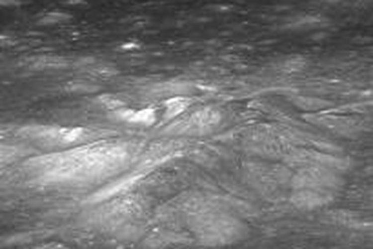 Dasar kawah Bullialdus. Ilmuwan menemukan bahwa kawah Bullialdus lebih kaya hidroksil, memberi bukti adanya air magmatik.