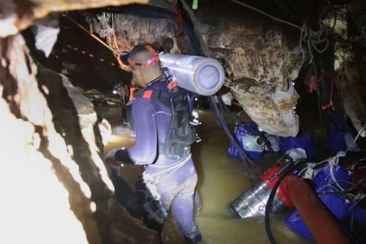 Tim penyelam Angkatan Laut Thailand di gua Tham Long selama operasi penyelamatan 12 remaja laki-laki dan pelatih tim sepak bola yang terperangkap di goa di Taman Hutan Non Khun Nam Nang di distrik Mae Sai, provinsi Chiang Rai, Thailand. (AFP/AL Thailand)