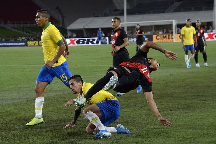 Pemain Peru, Raul Ruidiaz (kaus hitam), mendapat pelanggaran dari pemain Brasil, Fagner, dalam pertandingan uji coba Brasil vs Peru pada 10 September 2019 di Los Angeles Memorial Stadium di Los Angeles, California, AS, Rabu (11/9/2019).