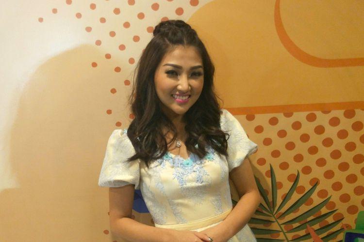 Vokalis Sarwendah saat diabadikan di Mom & Kids Awards di MNC Studios, Jakarta Barat, belum lama ini.