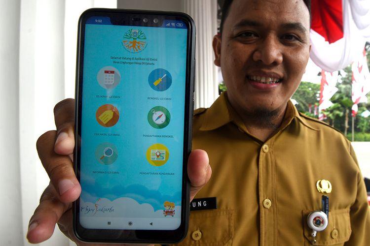 Seorang petugas menunjukan aplikasi e-Uji Emisi kendaraan saat peluncuran di Balai Kota DKI Jakarta, Selasa (13/8/2019). Pemprov DKI Jakarta meluncurkan aplikasi e-Uji Emisi untuk mempermudah masyarakat melakukan uji emisi kendaraan.