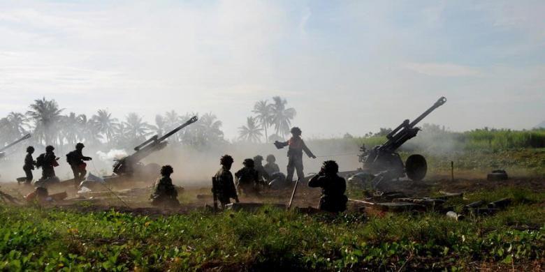 Ilustrasi: Pasukan Resimen Artileri Korps Marinir TNI AL bersiap menembakkan meriam howitzer 105 saat Latihan Gabungan TNI 2013 di Pantai Banongan, Situbondo, Jawa Timur, Jumat (3/5/2013). Latgab dihadiri oleh Presiden Susilo Bambang Yudhoyono dengan melibatkan 16.745 prajurit TNI dari ketiga angkatan.