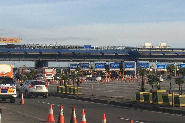 Kondisi arus lalu lintas di Gerbang Tol Cikarang Utama yang terpantau lancar, Minggu (24/12/2017).