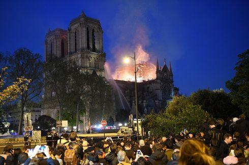 Kebakaran Hebat Hancurkan Menara Gereja Notre Dame di Paris