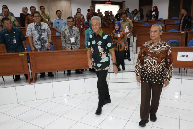 Ganjar Pranowo bersama Busyro Muqoddas, di sela kegiatan Sertifikasi Penyuluh Antikorupsi di Badan Pengembangan Sumber Daya Manusia Daerah (BPSDMD), Rabu (21/11/2018).
