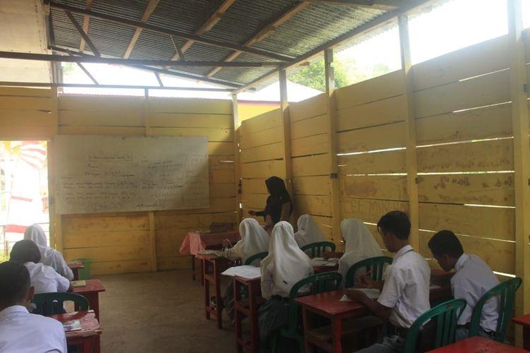 Siswa SMA Al Fiqri Telaga Piru, Kabupaten Seram Bagian Barat Maluku mengikuti proses belajar mengajar di ruang dapur sekolah yang disulap sebagai ruang kelas, Selasa (20/8/2019)