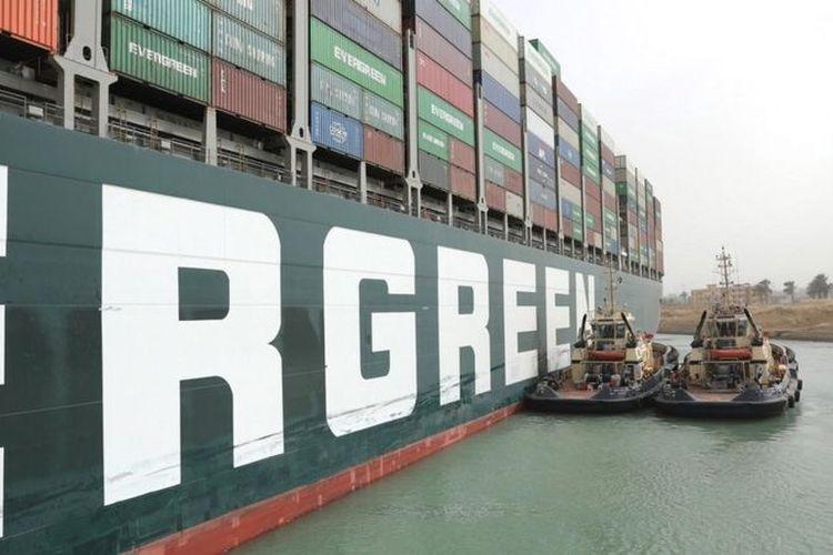 Kapal-kapal tunda digunakan untuk mencoba memindahkan kapal Ever Given dengan bobot 200.000 ton.