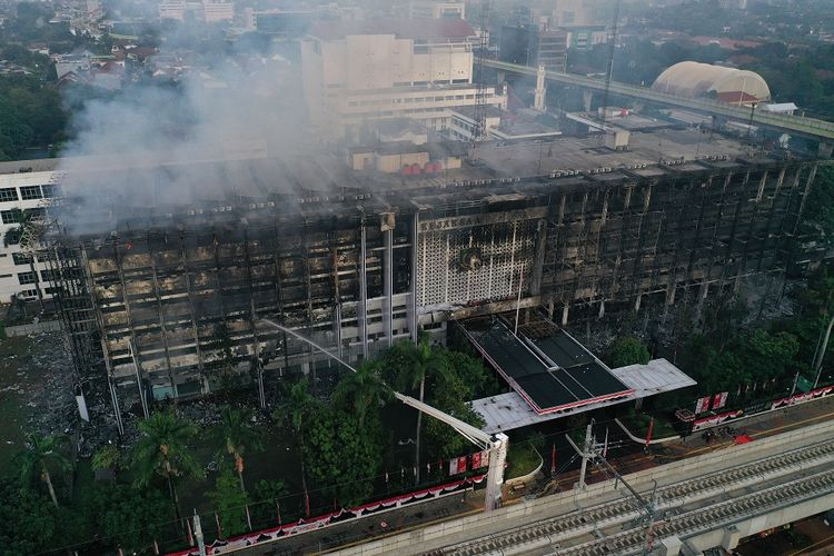 Foto udara gedung utama Kejaksaan Agung yang terbakar di Jakarta, Minggu (23/8/2020). Kebakaran yang berawal sejak Sabtu (22/8) malam itu masih dalam penanganan pihak pemadam kebakaran hingga Minggu pukul 06.00 WIB. ANTARA FOTO/Aditya Pradana Putra/foc.