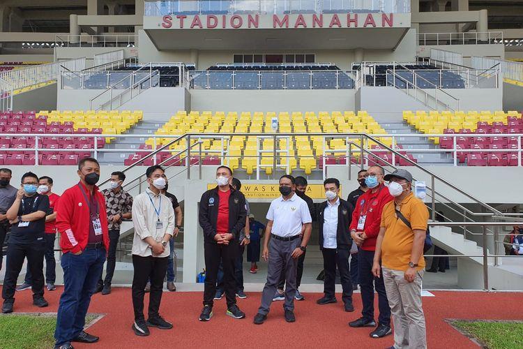 Wali Kota Solo, Gibran Rakabuming Raka, bersama Ketua Umum PSSI Mochamad Iriawan dan Menpora Zainudin Amali, memantau keadaan Stadion Manahan Solo yang akan digunakan sebagai venue Piala Menpora 2021.