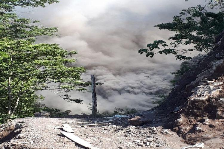 Asap tebal akibat leleran lava Gunung Karangetang di Desa Batubulan, melalui Kali Malebuhe, Kecamatan Siau Barat Utara, Senin (4/2/2019).