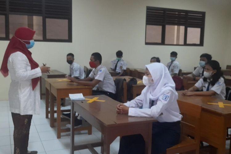 Sejumlah siswa kelas IX SMPN 13 Solo mengikuti simulasi PTM pada Kamis (18/3/2021).
