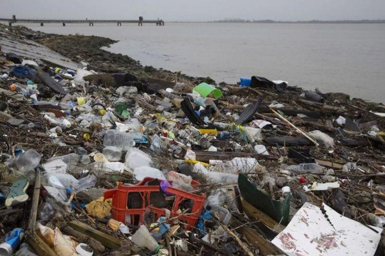 Plastik di  pantai muara Thames, di Cliffe, Kent. (Dan Kitwood / Getty Images)