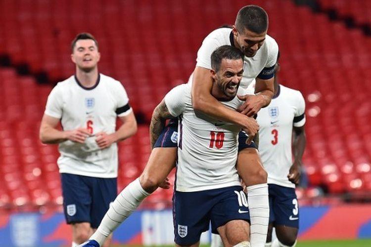 Danny Ings (tengah) menggendong Conor Coady saat merayakan gol pada laga persahabatan timnas Inggris vs Wales di Stadion Wembley, Kamis (8/10/2020).