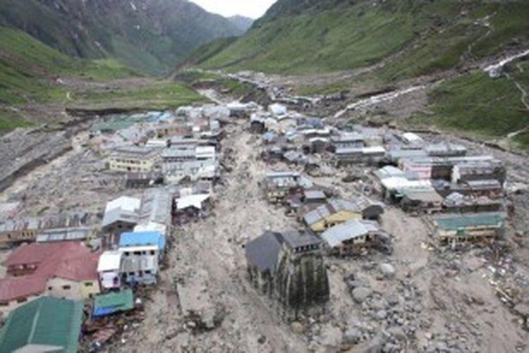 Kuil Kedarnath terlihat mengalami kerusakan setelah dihantam banjir yang melanda negara bagian Uttarakhand, India.