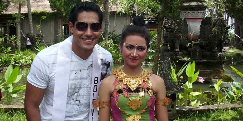 Wisman berlibur di Gianyar, Bali.