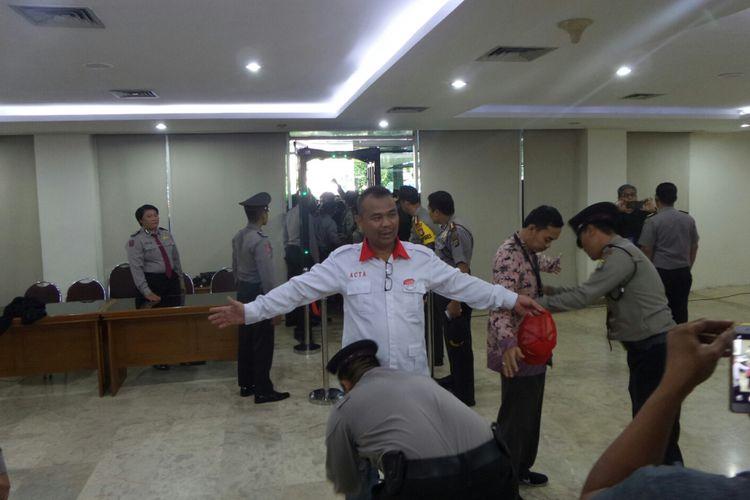 Polisi melakukan pemeriksaan terhadap pengunjung yang ingin menyaksikan sidang vonis kasus dugaan penodaan agama, di Kementerian Pertanian, Selasa (9/5/2017).