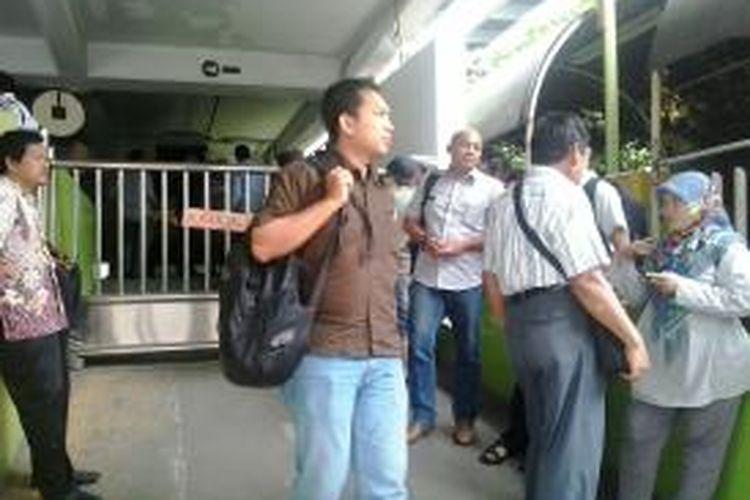 Karyawan Wisma Kosgoro mencoba masuk namun masih dilarang, Kamis (12/3/2015)