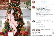Pohon Natal Raksasa Jadi Tempat Foto Favorit Sandra Dewi