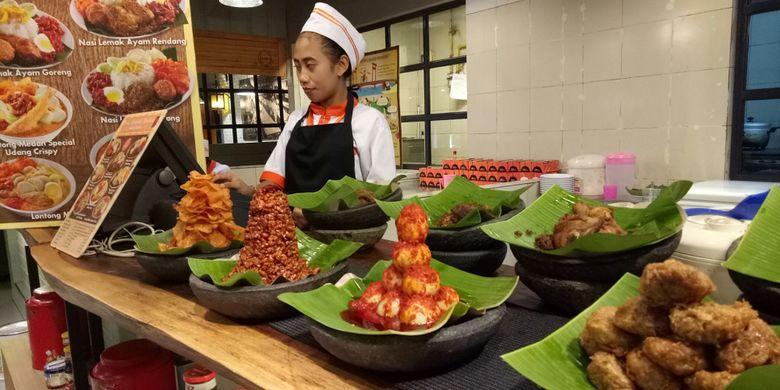 Aneka lauk yang disertakan dalam seporsi nasi lemak medan, di kedai Nasi Lemak Medan Gandaria.