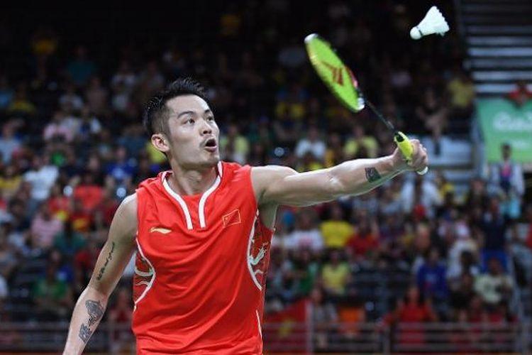 Pebulu tangkis tunggal putra China, Lin Dan, berupaya mengembalikan kok dari pemain Malaysia, Lee Chong Wei, dalam laga semifinal Olimpiade 2016 di Rio De Janeiro, Brasil, 19 Agustus 2016.