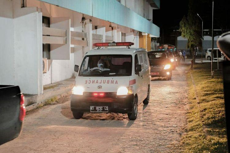 Mobil Ambulans saat membawa jenazah Bupati Kabupaten Berau, H Muharram ke TPU di Jalan Soekarno – Hatta Kilometer 15, Karang Joang, Selasa (22/9/2020) malam.