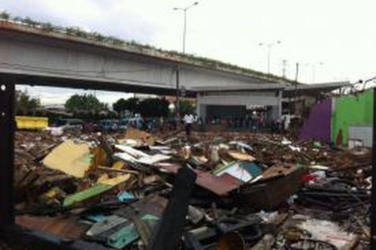 Penggusuran rumah samping Stasiun Tanah Abang, Jakarta Pusat, Sabtu (6/12/2014).