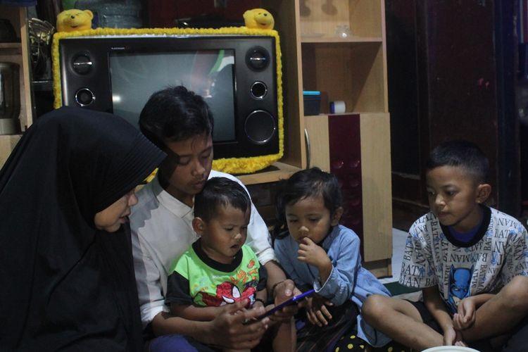 Heri Misbahudin (17), bersama ketiga adiknya saat ini ditampung di rumah kerabatnya di Desa Sukatani, Pacet, Cianjur, Jawa Barat karena hidup tanpa kedua orang tua setelah ayah dan ibunya meninggal dunia karena digigit ular.