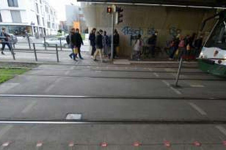 Pemerintah Kota Augsburg memasang lampu lalu lintas baru di trotoar jalan sehingga ketika para pejalan kaki menunduk sambil melihat ponselnya maka mereka tidak akan melewatkan lampu lalu lintas tersebut.