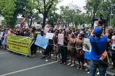 Demonstran Gunakan Baju Adat Papua Saat Longmarch dari Kemendagri ke Istana Negara
