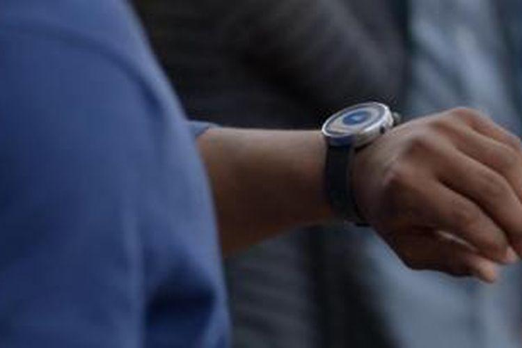 Jam tangan pintar dengan sistem operasi Android Wear