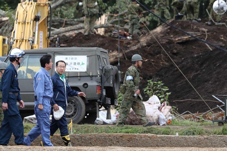 Perdana Menteri Jepang Shinzo Abe saat mengunjungi lokasi terdampak bencana gempa di Pulau Hokkaido, Minggu (9/9/2018).