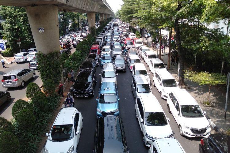 Kemacetan terjadi di depan Kantor Gojek, Jalan Iskandarsyah, Melawai, Jakarta Selatan, Senin (5/8/2019). Kemacetan itu merupakan dampak dari aksi unjuk rasa para sopir GoCar, taksi online yang merupakan GoJek.