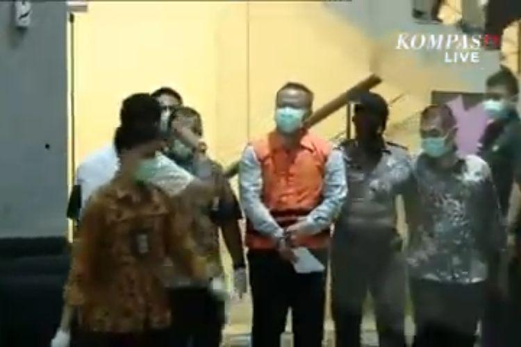 Menteri Kelautan dan Perikanan mengenakan rompi tahanan oranye di Gedung Merah Putih KPK usai ditangkap KPK, Rabu (25/11/2020).