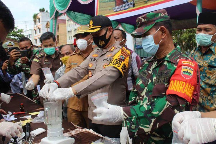 Kapolres Labuhanbatu, AKBP Deni Kurniawan mengimbau masyarakat dan mengajak peran serta masyarakat dan pemerintah setempat untuk bekerja sama dalam pemberantasan narkoba karena narkoba adalah musuh bangsa dan saat ini Indonesia darurat narkoba perangi narkob.