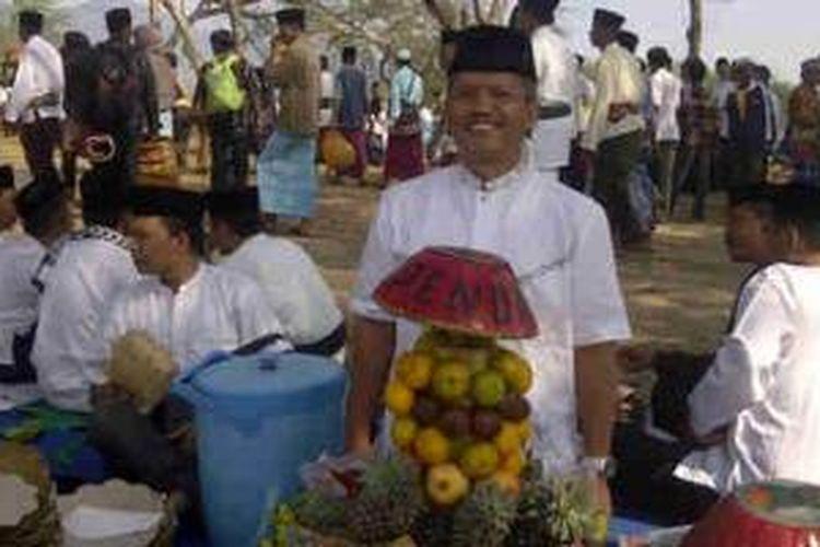 Para karyawan Pemkab Lombok Tengah merayakan Lebaran Topat di Dam Pengga, Lombok Tengah, Nusa Tenggara Barat, Senin (4/8/2014).
