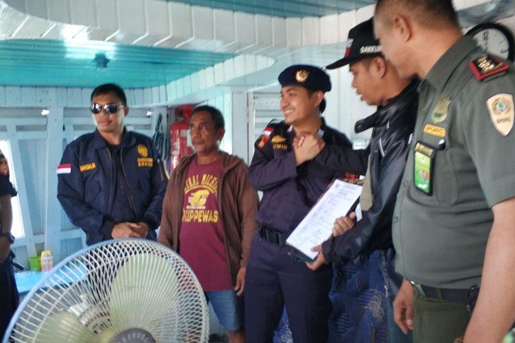 Direktorat Bea dan Cukai Sulsel saat mengamankan pengiriman ratusan kayu merbau yang diduga ilegal dari Kepulauan Sula, Maluku Utara. Senin (22/4/2019).