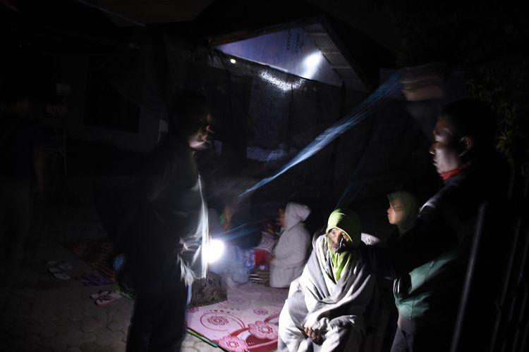 Warga membuat tenda dan memilih tetap berada di luar rumah pascagempa di Ampenan, Mataram, NTB, Minggu (19/8/2018). Gempa bumi berkekuatan 7 Skala Richter kembali mengguncang Lombok pada Minggu malam pukul 22.56 Wita yang berpusat di timur laut Lombok Timur pada kedalaman 10 km.