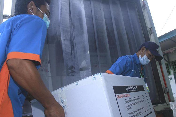 Sebanyak 30.000 vaksin Covid-19 produksi Sinovac yang dikirim dari gudang Bio Farma Bandung, tiba di tempat penyimpanan vaksin milik Dinas Kesehatan Provinsi Sumatera Selatan, di Jalan Mayor Salim Batubara, Kecamatan Kemuning Palembang, Senin (4/1/2021). Untuk tahap awal dari 58.000 vaksin yang diajukan, 30.000 vaksin yang diterima itu akan dibagikan ke tujuh kabupaten/kota di Sumatera Selatan.