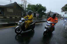 Naik Motor Saat Hujan, Perhatikan Kondisi Tubuh dan Gaya Berkendara